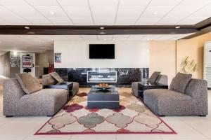 A seating area at Comfort Inn Airport West