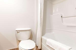 A bathroom at Comfort Inn & Suites Shawinigan