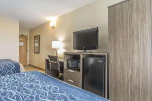 A television and/or entertainment center at Comfort Inn Levis