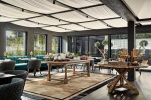 מסעדה או מקום אחר לאכול בו ב-Azur Hotel