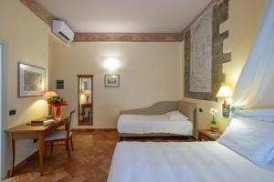 A bed or beds in a room at Hotel Davanzati