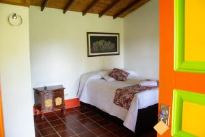 A bed or beds in a room at Aroma De Campo