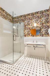A bathroom at Larnach Lodge & Stable Stay
