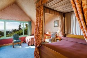 A bed or beds in a room at Larnach Lodge & Stable Stay