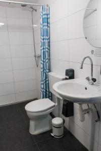 Ein Badezimmer in der Unterkunft The Flying Pig Beach Hostel