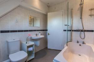 A bathroom at Bodkin House Hotel