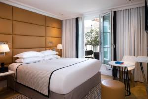 A bed or beds in a room at Hôtel R de Paris - Boutique Hotel