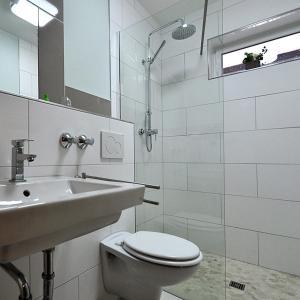 A bathroom at Waldpension Bielefeld