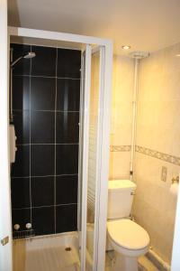 A bathroom at Ardmillan Hotel