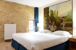 A bed or beds in a room at Hôtel Le Château Fort de Sedan