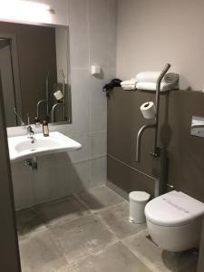A bathroom at Hotel Euro Moniz