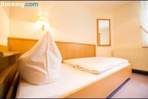 Ein Bett oder Betten in einem Zimmer der Unterkunft Hotel Goldenes Schiff