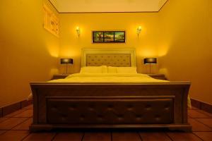 سرير أو أسرّة في غرفة في منازل جوراق