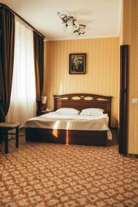 A bed or beds in a room at Hotel-Restaurant Lyube Plus
