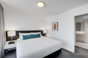 A bed or beds in a room at Adina Apartment Hotel Wollongong