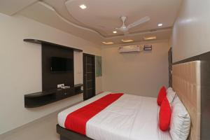 A bed or beds in a room at OYO 22979 Saffron Hotel
