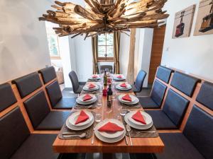 Ein Restaurant oder anderes Speiselokal in der Unterkunft Chalet Bellevue