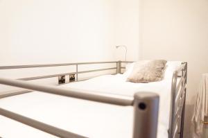 Een bed of bedden in een kamer bij The Mornington Camden