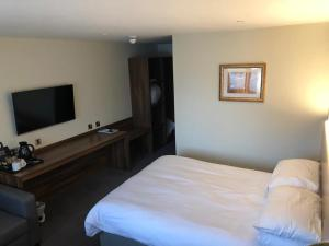 A bed or beds in a room at Raglan Lodge