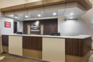 The lobby or reception area at Quality Inn Airport Dieppe