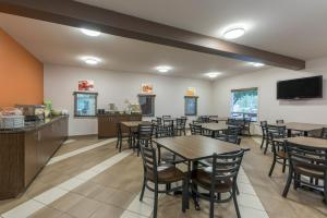 A restaurant or other place to eat at Quality Inn Airport Dieppe