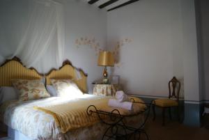 A bed or beds in a room at Pensión con encanto, Peregrinando