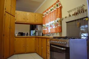A kitchen or kitchenette at 1150 on Bain