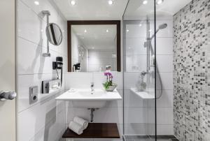 A bathroom at Mercure Hotel Duisburg City