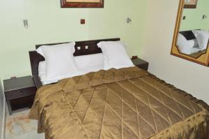 A bed or beds in a room at Hotel - Y