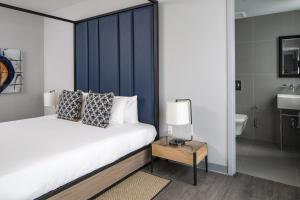 A bed or beds in a room at Generator Miami