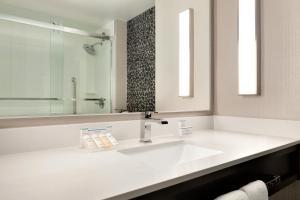 A bathroom at Hilton Garden Inn Cupertino