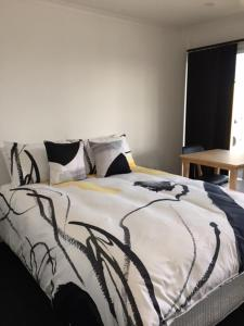 A bed or beds in a room at The Shark Apartments 1