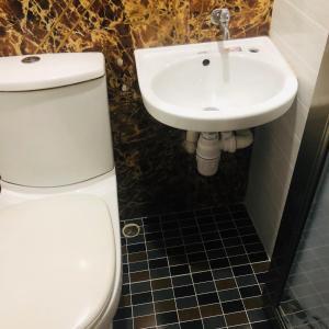 A bathroom at Tian Jin Hostel