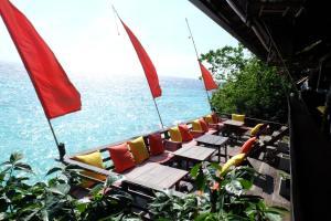 Ein Restaurant oder anderes Speiselokal in der Unterkunft Serendipity Beach Resort Koh Lipe