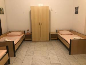 A bed or beds in a room at A&S Ferienwohnungen Bonnerstr. 62