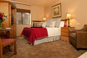 A bed or beds in a room at Inn on The Creek