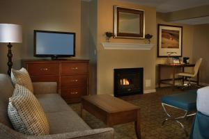 A television and/or entertainment centre at Gettysburg Hotel