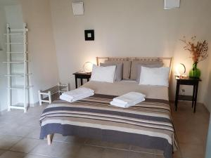 A bed or beds in a room at Faro Town House