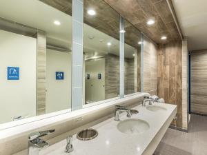 A bathroom at HI Los Angeles - Santa Monica Hostel