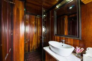 Et badeværelse på Garden Bay Legend Cruise