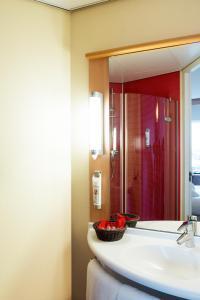 A bathroom at ibis Leiden Centre