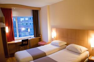 Кровать или кровати в номере ibis Leiden Centre