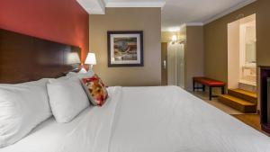 A bed or beds in a room at Best Western Plus Bowmanville