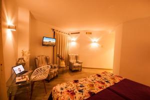 Una televisión o centro de entretenimiento en Hotel Hc Zoom