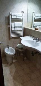 A bathroom at Grand Hotel Pavone