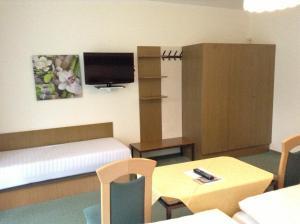 Una televisión o centro de entretenimiento en Parkhotel Zuzek