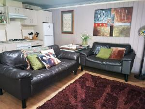 A seating area at Little Para Cottage