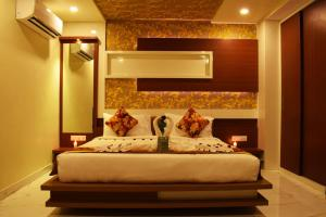 A bed or beds in a room at Hotel New Majestic 100 Mtrs From Railway Station