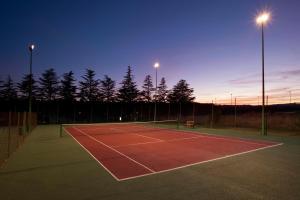 Instalaciones para jugar a tenis o squash en Parador de Teruel o alrededores
