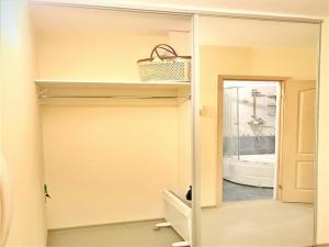 Ванная комната в RentSpb Yellow Apartments near Metro